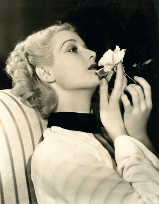 Дебют американской киноактрисы состоялся в возрасте 7-ми лет, а в 1930-х годах она считалась самой модной и элегантной звездой Голливуда.