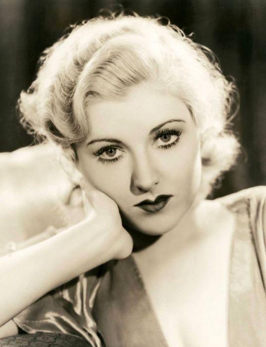 Актриса, родившаяся в Техасе (США) была известна по ролям в фильмах «Вот банда» (1935) и «Великий Карузо» (1951).
