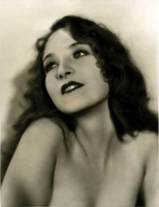 Актриса и певица 1930-х годов, старшая сестра более известной кинодивы - блондинки Мариан Марш (Marian Marsh).