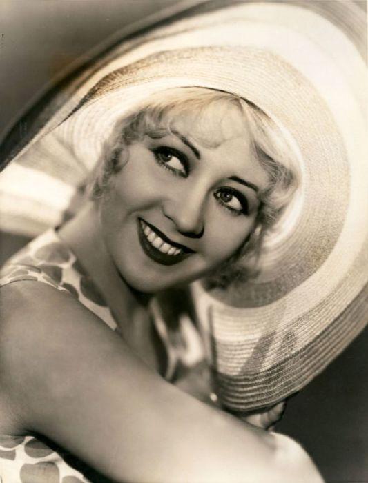 Благодаря своему прекрасному образу блондинки с голубыми глазами Джоан стала одной из самых высокооплачиваемых артисток в 1930-х годах.
