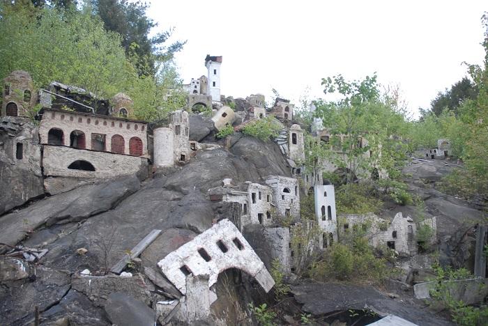 В 1984 году парк был закрыт с целью усовершенствования и осталась незавершенным из-за смерти владелеца Холи Лэнда.