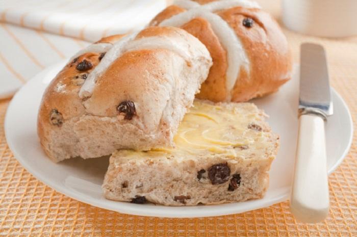 Пасхальные сладкие булочки с крестом в которые добавляется изюм и пряности.