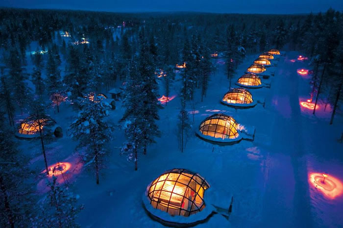 Отель Kakslauttanen состоит из 20 тепловых стеклянных домиков, выполненных в стиле традиционного северного жилья.