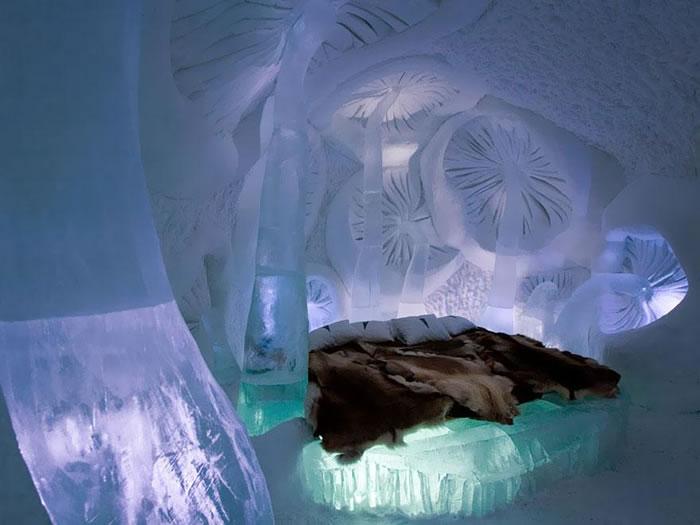 Это первый и самый большой отель в мире, построенный из снега и льда.