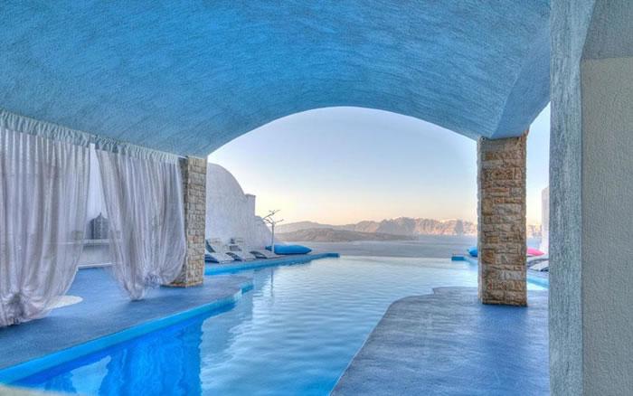 Отель Astarte Suites расположен на юге острова Санторини, в одной из самых красивых областей острова, в районе Akrotiri, где бесконечное синее Эгейское море и небо встречаются в прекрасной гармонии.