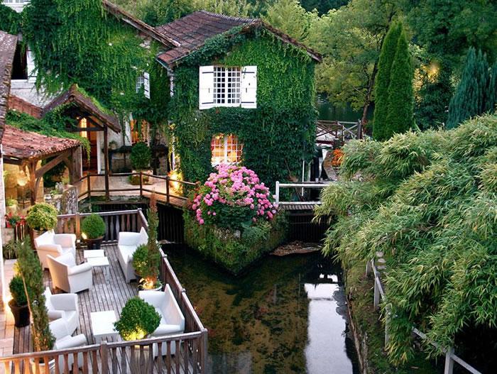 Отель Le Moulin Du Roc – один из уютных и очень красивых отелей Франции, построенный в 1969 году в городе Шампаньяк-де-Белер, в центре региона Перигор на берегу реки Дрон.