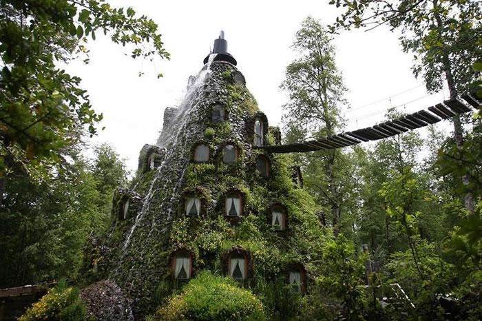 В Чили на территории заповедника Уило-Уило стоит необыкновенный отель, построенный в форме вулкана.
