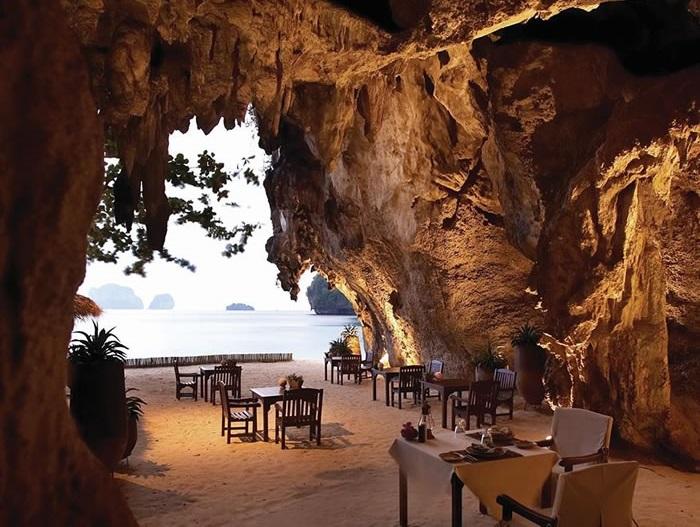 Отель Rayavadee расположен на полуострове Фра Нанг, в Национальном Морском парке Краби, на фоне отвесных скал и густой листвы джунглей, а его территория окружена тропическими садами, рощами кокосовых пальм и чистейшими водами Андаманского моря.