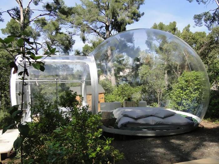Номера отеля — это прозрачные пузыри, сквозь стены которых днем видно окружающий лес, а ночью — яркие звезды.