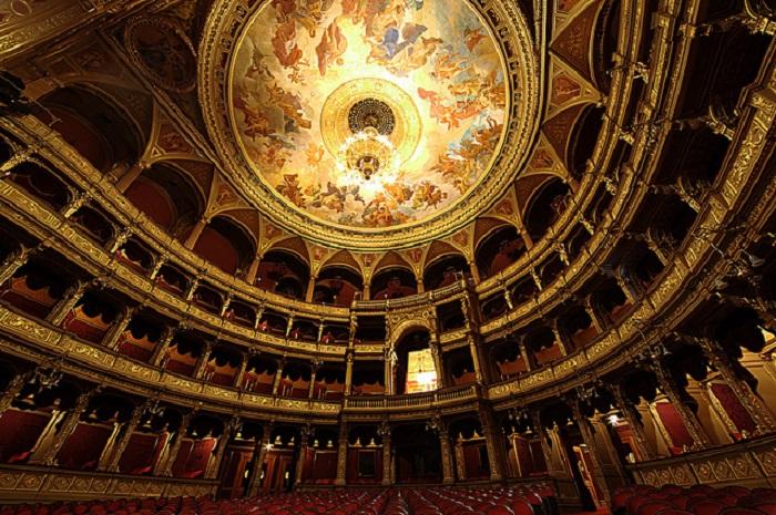 Самый крупный и красивый оперный театр в Будапеште.