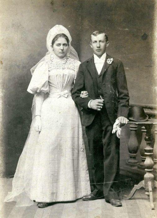Молодожёны в традиционных свадебных нарядах.
