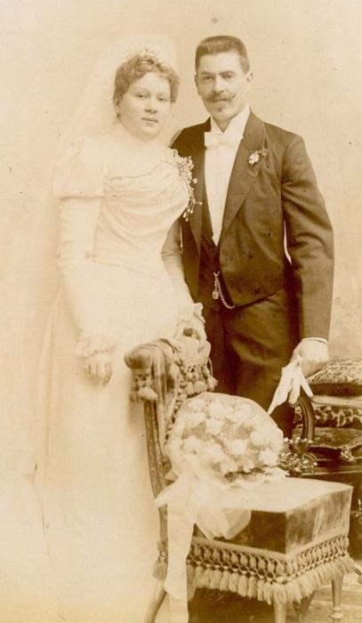 Свадебные наряды, дополненные богатой коллекцией аксессуаров.