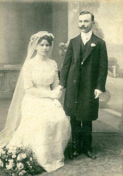 Мужские костюмы и свадебные платья в викторианском стиле.