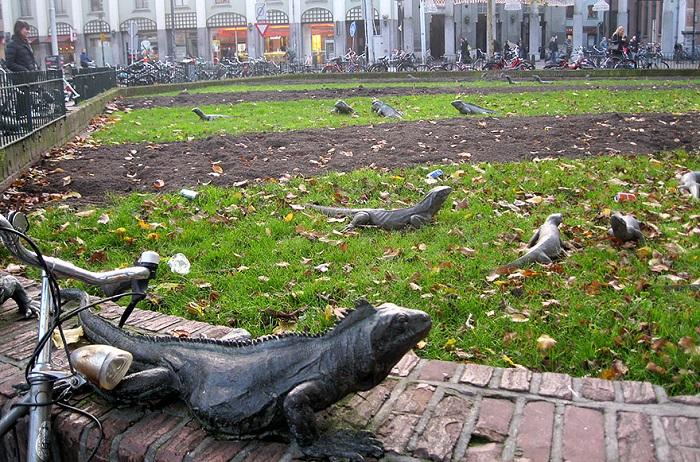 В парке Амстердама, расположены скульптуры кованных игуан, ползающих по заборам и среди цветочных клумб.