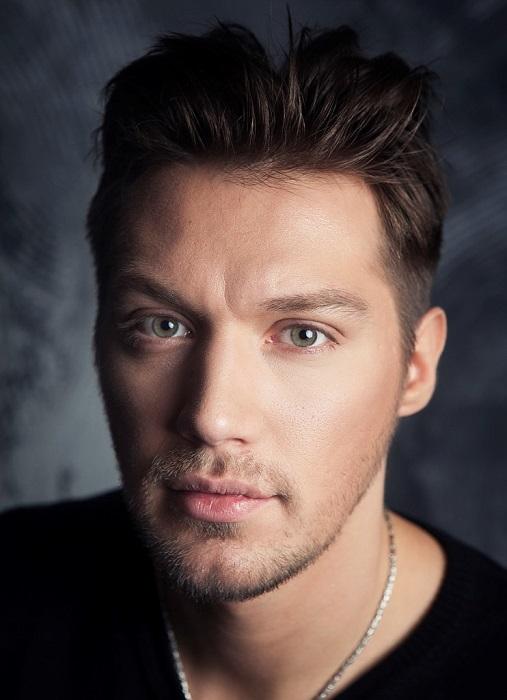 Помимо работы в театре и кино, Илья выступает в группе «Трое по ветру», в которой поют и музицируют молодые московские актёры.