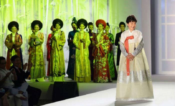 Первая женщина-президент Южной Кореи.
