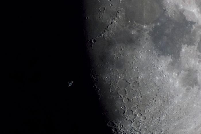 Международная космическая станция пролетает мимо Луны на скорости примерно 28800 километров в час, Мадрид, Испания. Фотограф Daniel Fernández Caxete.