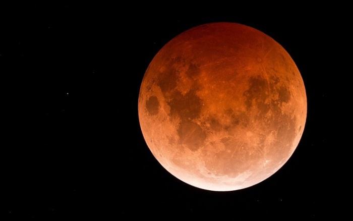 Цвет Луны во время затмения зависит от состояния атмосферы Земли, 8 октября 2014 года, Лейк Бога, Виктория, Австралия. Фотограф Phil Hart.