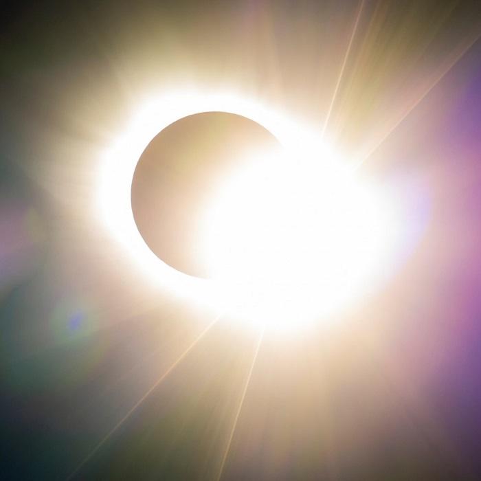 Солнце начинает показываться из-за Луны во время полного солнечного затмения, 20 марта 2015 года, Шпицберген, Норвегия. Фотограф David Wrangborg.