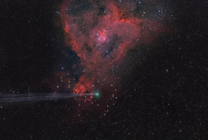 Комета C/2014 E2 Jacques и туманность «Сердце» в созвездии Кассиопеи, Коринфия, Греция. Фотограф Lefteris Velissaratos.