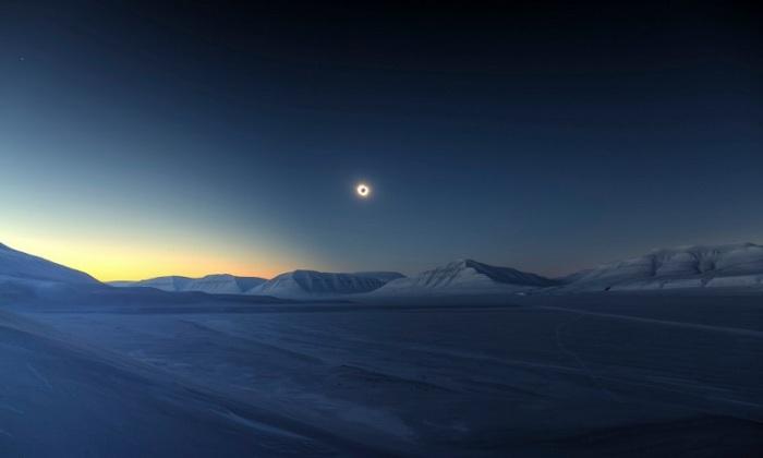 Полное солнечное затмение над Шпицбергеном, 20 марта 2015 года. Яркая звезда в левой верхней части снимка – это планета Венера, Шпицберген, Норвегия. Фотограф Luc Jamet.