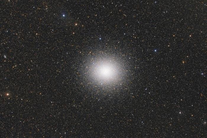 Звезды упакованы в десять тысяч раз плотнее, чем звезды в окрестности Солнца, Сан Антонио де Ареко, Буэнос-Айрес, Аргентина. Фотограф Ignacio Diaz Bobillo.