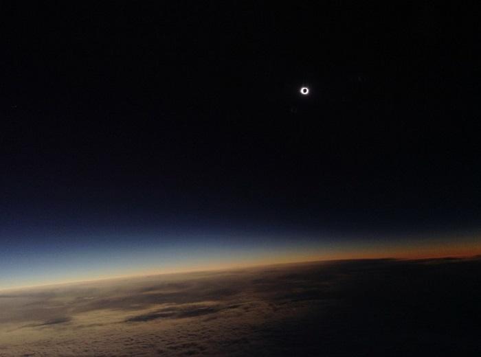Снимок был сделан с самолёта, пролетающего над Фарерскими островами. Фотограф Philippe Rowland.