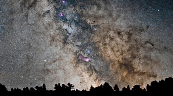 Млечный путь над горными вершинами с высоты около 3 тысяч метров над уровнем моря, Верхние Пиренеи, Франция. Фотограф Martin Campbell.