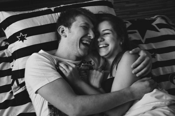 Пара нежно держит друг друга в объятиях.