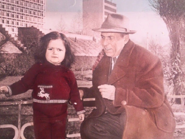 Дед с внучкой на прогулке в парке.