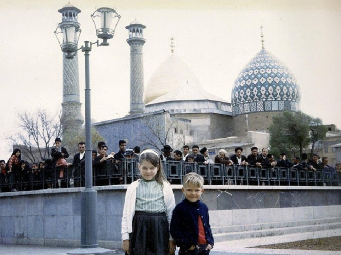 Американцы в городе Исфахан и толпа бездельников.
