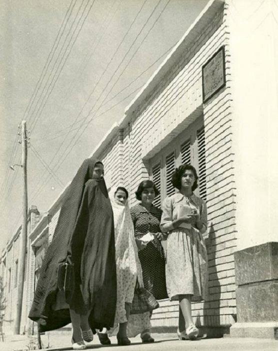 Две молодые женщины в чадре рядом с жительницами города Ахваз, Хузестан, юг Ирана.