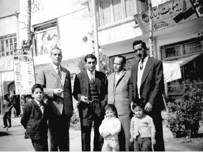 Рядом с кинотеатром в центре Боруджерда, 1961 год.