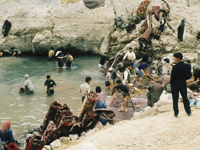 Иран. Стирка ковров в городе Рей.