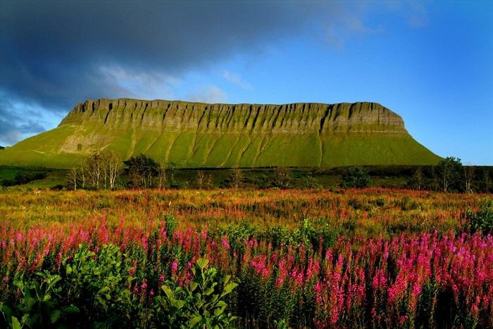Одна из трех самых знаменитых гор Ирландии расположена в северо-западной части страны, и переводится буквально как «челюстеобразный пик». Фотограф: Christopher Hill.