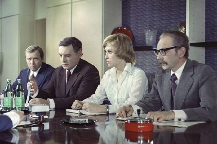 В киноповести режиссёра Семена Арановича, где по сюжету деловые отношения тесно переплетаются с личными, актриса сыграла вместе с Вячеславом Тихоновым.