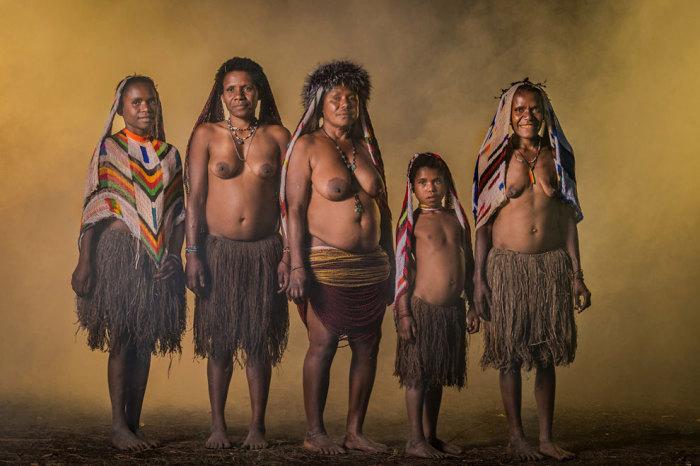 Быт племени первобытен, и в нем есть свои запреты, ритуалы и древние обычаи.