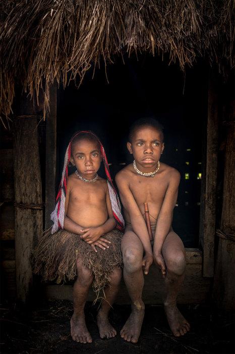 Дети около своего дома под названием хонай.