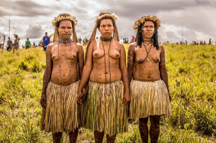 Женщины племени Дани около своей деревни.