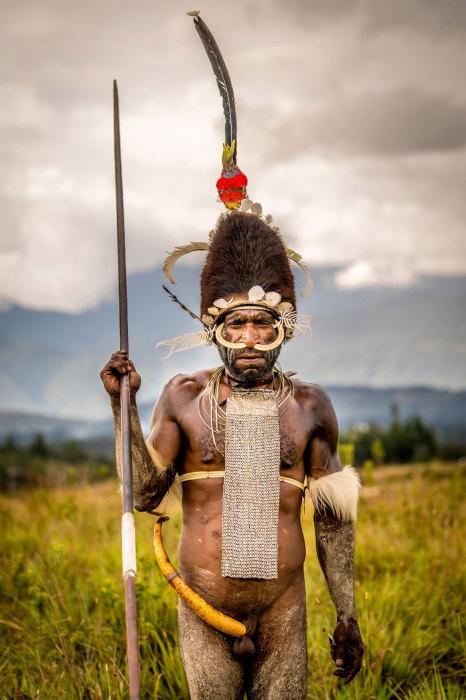 Самой длинной котекой в племени отличается вождь, который носит также меховую шапку и перья.