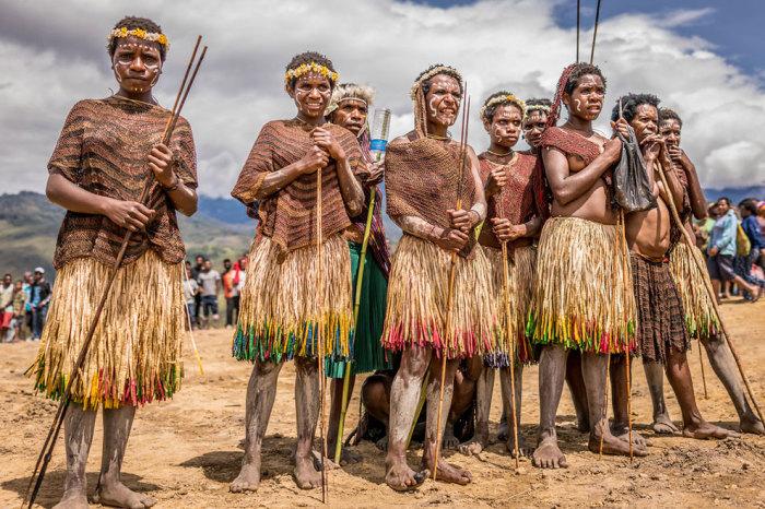 Женщины племени делают себе юбки из травы.