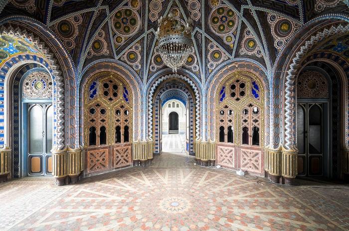 Финалист конкурса – голландский фотограф Роман Робрук (Roman Robroek) со снимком заброшенного особняка в ярком мавританском стиле.