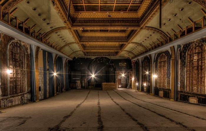 Финалист конкурса – британский фотограф Дэвид Окстаби (David Oxtaby), запечатлевший ожидающее реконструкции здание кинотеатра, которое было построено в 1930 году.
