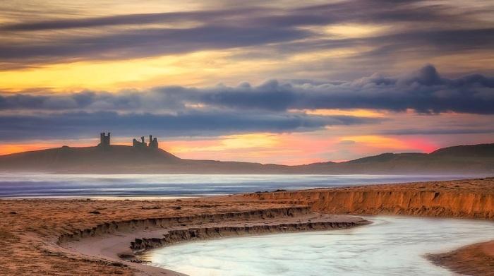 Финалист конкурса – фотограф Джон Карсон (John Carson) со снимком старинных руин, снятых со стороны пляжа Эмблтон Бэй на фантастическом фоне восходящего солнца.