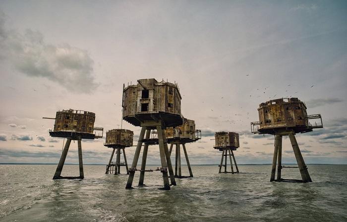 Победителем в категории «Английская история» стал фотограф Марк Эдвардс (Mark Edwards) со снимком заброшенных армейских башен в устье реки Темзы.