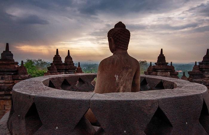 Финалист конкурса – индийский фотограф Сирсенду Гайен (Sirsendu Gayen), запечатлевший статую Будды на ступе верхнего яруса храма.
