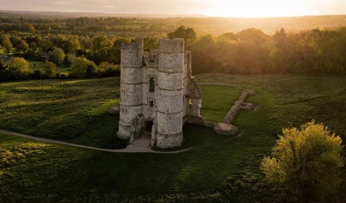 Финалист конкурса – фотограф Джонатан Рейд (Jonathan Reid) со снимком руин средневекового замка, от которого после битвы осталась лишь сторожевая башня.