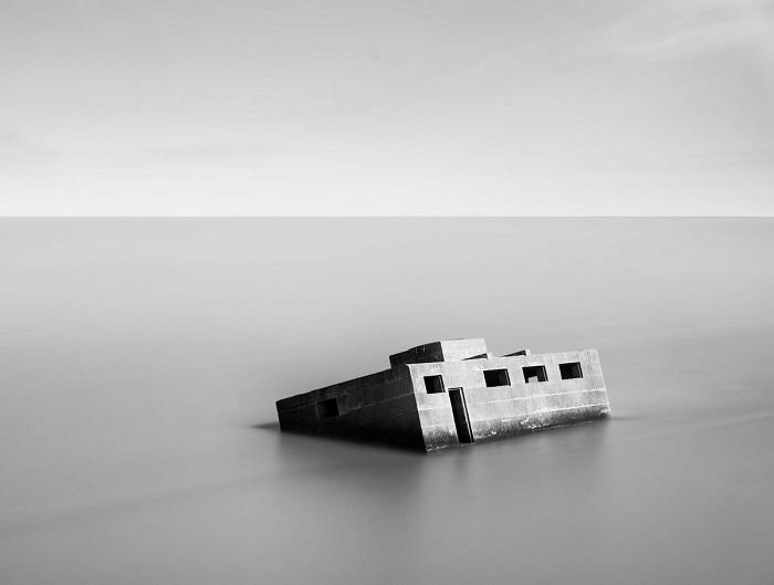 Финалист конкурса – фотограф Марк Эдвардс (Mark Edwards) с монохромным снимком заброшенного бункера времен Второй мировой войны.