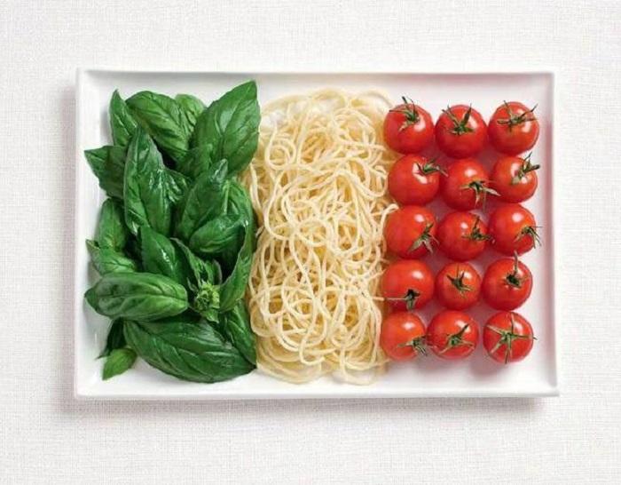 Базилик, макароны и помидоры.