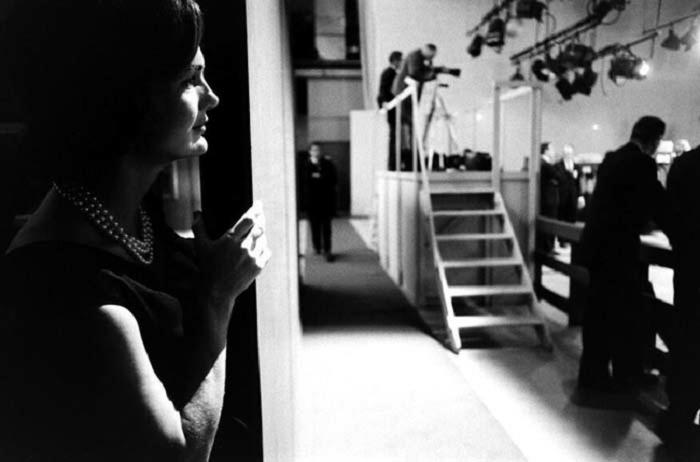 Жаклин Кеннеди наблюдает за дебатами мужа с вице-президентом Ричардом Никсоном. 1960 год.
